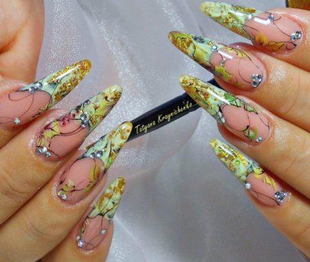 Модный маникюр весна - лето с рисунком на длинные острые ногти