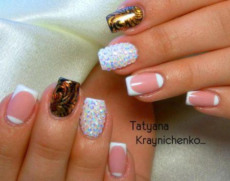 Модный белый френч на короткие квадратные ногти с дизайном