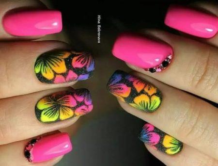 Модный маникюр с цветами