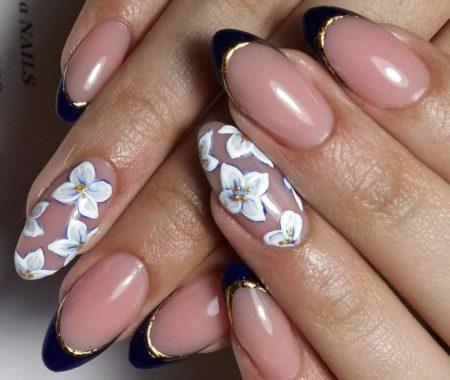 Темно-синий френч на короткие ногти с цветами