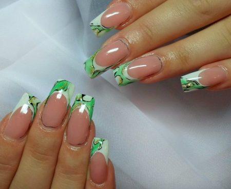 Двухцветный френч с рисунком в белых и зеленых оттенках