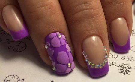 Сиреневый френч на короткие ногти с модными 3dцветами и стразами
