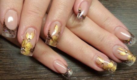 Эффектный модный хрустальный маникюр с золотыми цветами