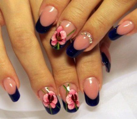 Модный синий френч идея дизайна красивые крупные розовые цветы