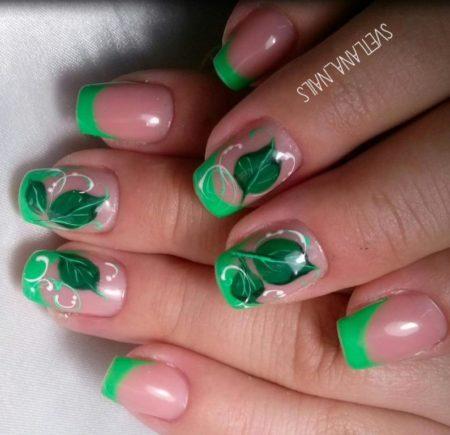 Зеленый френч на короткие квадратные ногти с листочком