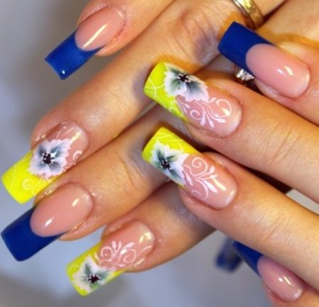 Двухцветный френч в желтом и синем цвете с ярким дизайном цветов