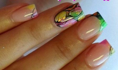 Идея дизайна цветного френча с рисунком на квадратные ногти