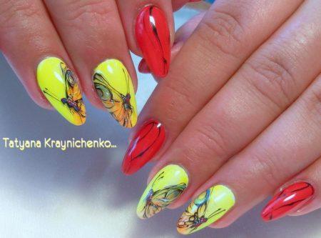 Яркий двухцветный маникюр с дизайном бабочками