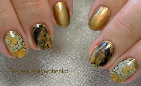 Маникюр в золотом цвете на короткие ногти с фото-дизайном