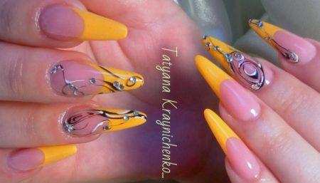 Желтый френч на длинные острые ногти с дизайном.