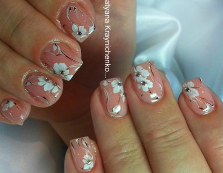 Модный маникюр на короткие ногти с цветами и стразами