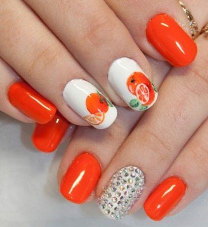 Оранжевый маникюр с оригинальным дизайном апельсина