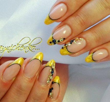 Желтый френч на короткие острые ногти с дизайном страз