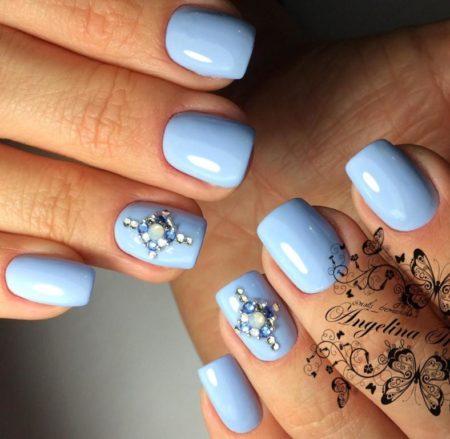Нежно - голубой маникюр на короткие квадратные ногти с дизайном страз