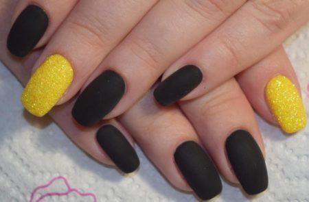 Маникюр в черном матовом цвете в комбинации с желтым дизайном бархатный песок