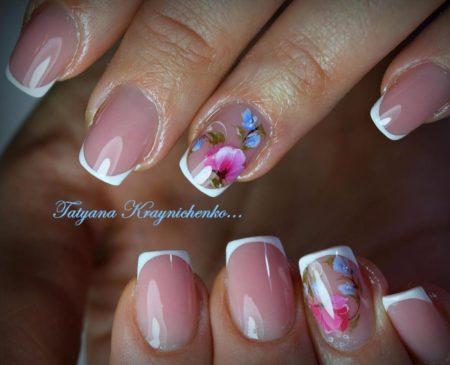 Белый френч на короткие квадратные ногти с цветами