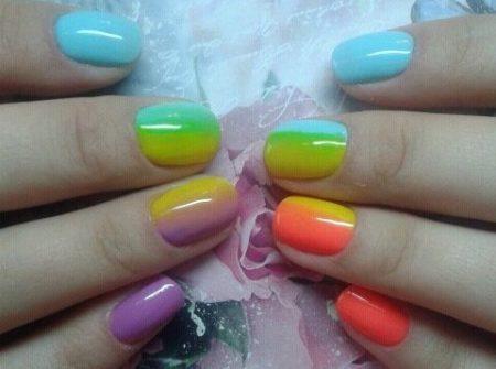 Радужный яркий маникюр на короткие ногти весна - лето