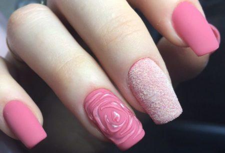 Розовый матовый объемный маникюр на квадратной форме ногтя с красивым дизайном