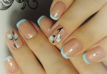 Нежно - голубой френч на коротких квадратных ногтях с цветами