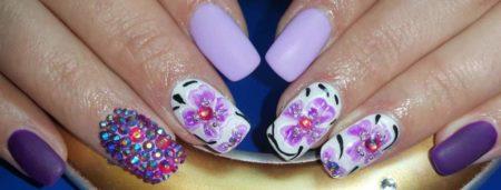 Модный маникюр с цветами идея праздничного маникюра весна - лето
