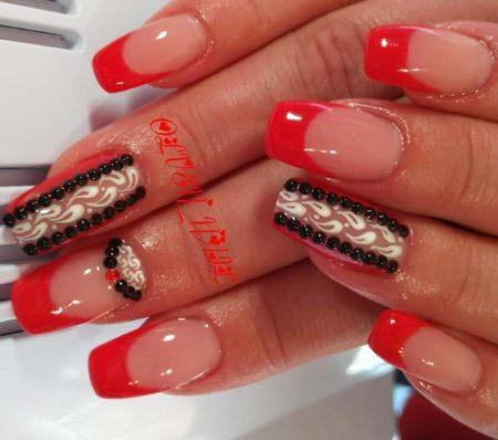Красный френч маникюр на квадратные ногти с дизайном
