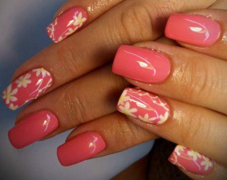 Нежный розовый маникюр с весенними цветами