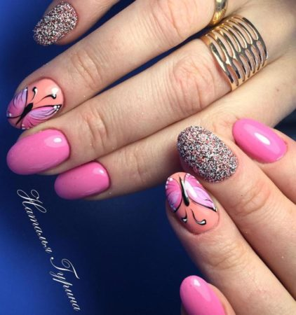 Розовый маникюр с оригинальным дизайном бабочки