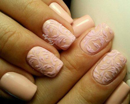 Эффектный ажурный маникюр в бежевом цвете на короткие квадратные ногти.