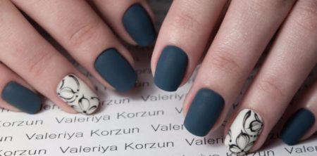 Модный матовый маникюр на квадратные ногти с дизайном рисунка