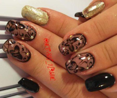 Эффектный маникюр в черно-золотом цвете с дизайном бабочек