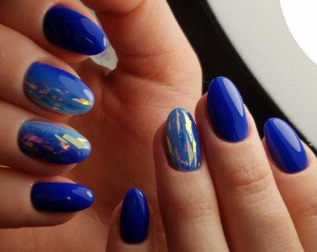 Эффектный синий маникюр на короткие ногти с техникой битого стекла