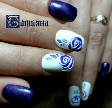 Красивый двухцветный маникюр в синем и белом цветах с дизайном розы
