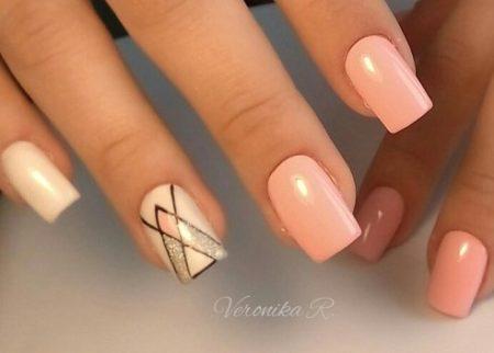 Эффектный ногтевой геометрический дизайн на квадратные ногти в бежевом цвете