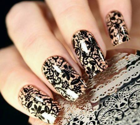 Бежевый маникюр на квадратные ногти с ажурным черным орнаментом