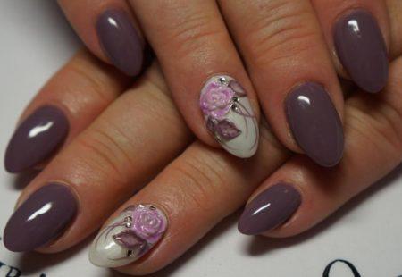 Модный маникюр на короткие ногти в сером цвете идея дизайна объемные цветы