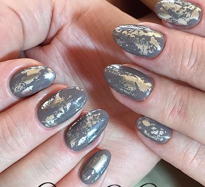 Модный маникюр на короткие ногти в сером цвете идея дизайна деловой маникюр