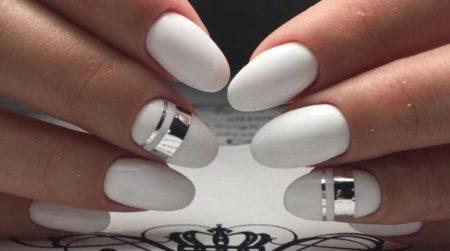 Белый маникюр однотонное глянцевое покрытие с эффектным дизайном серебристой горизонтальной полоски