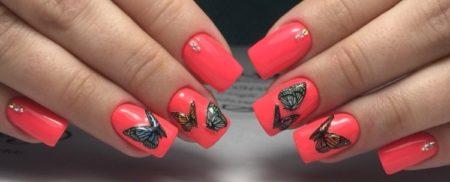 Весенний яркий маникюр с дизайном бабочек и бусинок