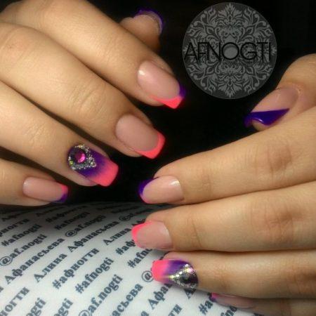 Модный цветной френч на квадратных ногтях.
