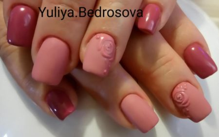 Розовый маникюр с лепкой на короткие ногти