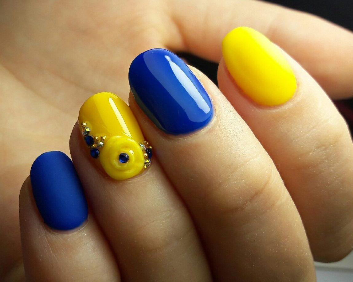Маникюр цвета синий с желтым фото