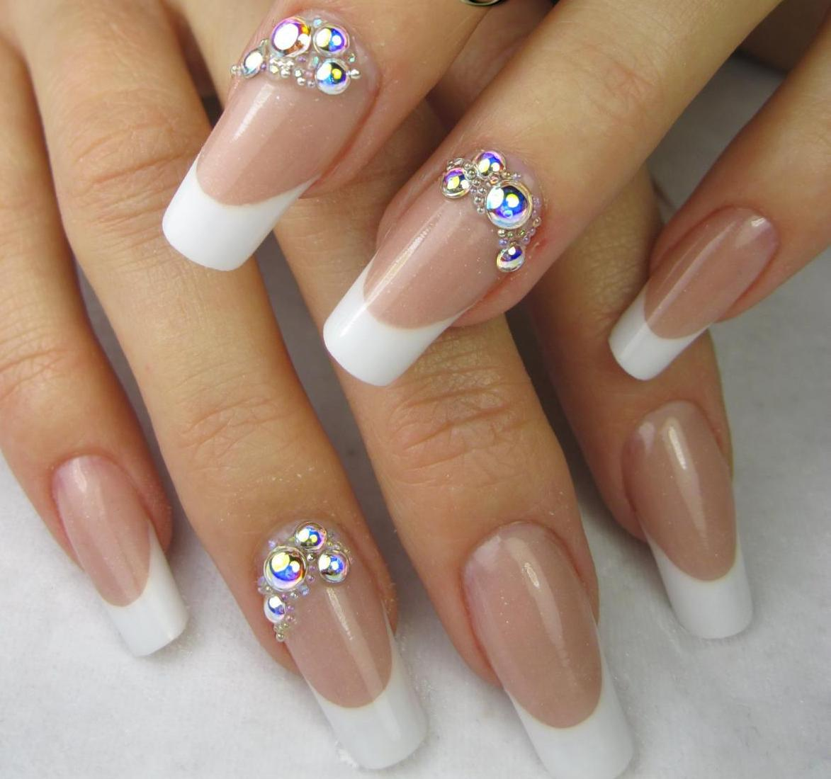 Стильные дизайны ногтей 2018 белый френч со стразами фото