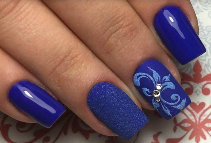 Синий маникюр с акриловой пудрой