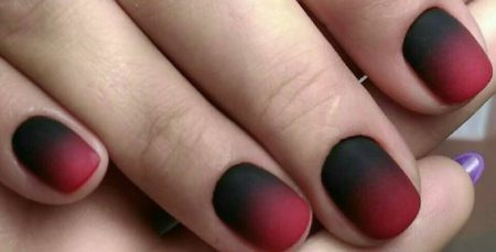 Матовый маникюр в черно-красных тонах