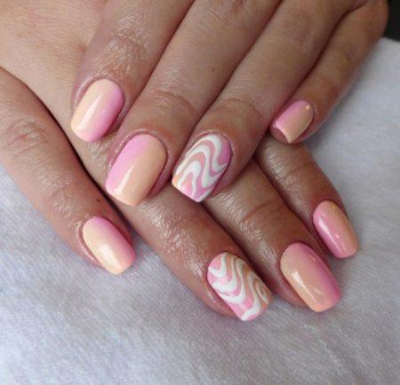 Розовато-бежевый маникюр с волнистым узором просто создан для романтичных или скромных натур. Он выглядит изысканно и элегантно, необычайно стильно.