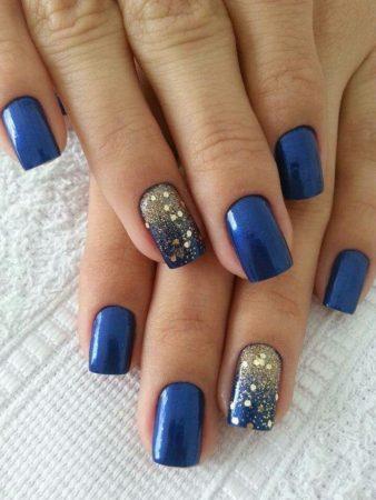 Если у вас красивые ногти, попробуйте для праздничного вечера сделать этот вариант маникюра. Перламутровый лак глубокого синего оттенка сделает дизайн благородным, а ногти на безымянных пальцах можно обработать поверх лака специальной золотистой пылью.