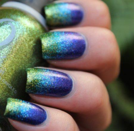 Градиентная техника позволяет преобразить ногти полностью и сделать их украшением вашего образа. Основа дизайна – сочный синий цвет, поверх которой наносятся разноцветные лаки с блестками с уклоном в зеленый.