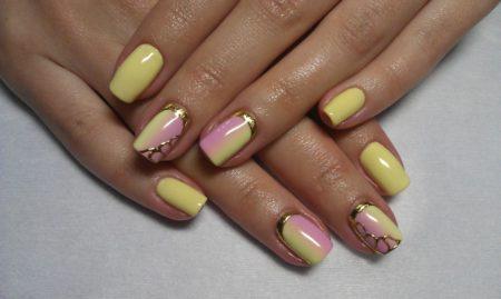 Романтическим и изысканным этот дизайн делает небольшое дополнение в качестве золотистого плетения. Маникюр хорошо подойдет для ногтей средней длины.