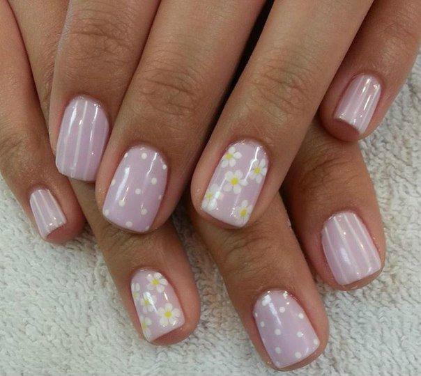 Нежно-сиреневый с розовым подтоном лак – лучший друг загорелых девичьих пальцев!