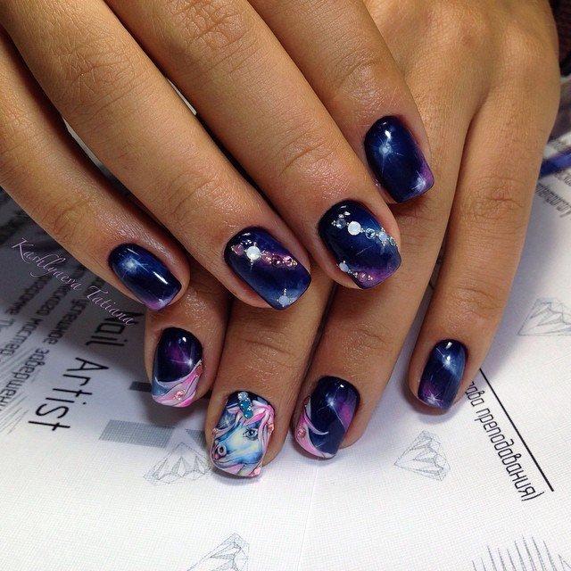 Насыщенный темно-синий цвет плавно переходящий в фиолетовый с вкраплениями сияющих страз напоминают таинственные далекие галактики с мерцающими звездами. А изображение мифического единорога сделает ваши пальчики произведением искусства. Ни одна девушка с таким дизайном ногтей не останется незамеченной